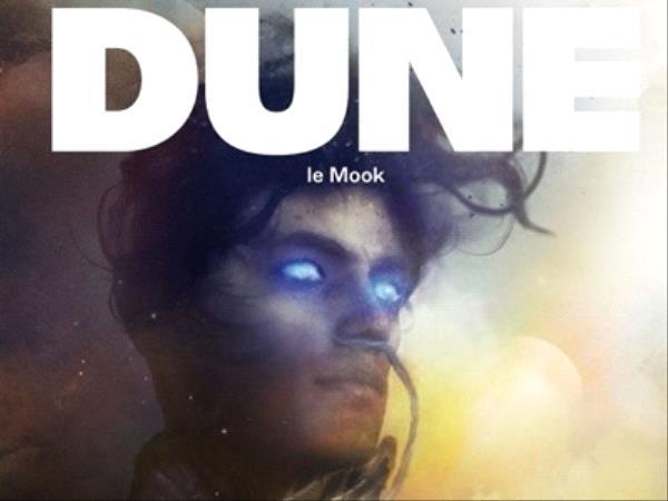 """Couverture de livre avec un visage masculin aux yeux lumineux bleus, titre écrit en gros au dessus """"DUNE"""""""
