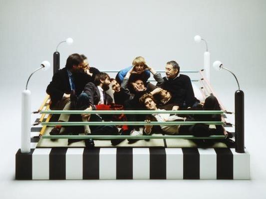 Photographie du groupe Memphis sur le ring Tawaraya (1981) conçu par Umeda Masanori ©© Studio Azzuro / Courtesy Fondazione Berengo