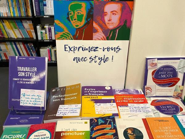 table avec livres expression écrite et style
