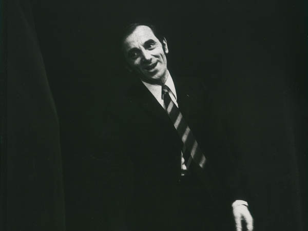 Photo tirée du livre Charles AZNAVOUR en haut de l'affiche par Charles Azanavour   éditions Flammarion, Ph. © Yves Le Roux/Gamma-Rapho.