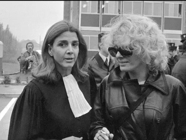 Gisèle Halimi (à g.) lors du procès de Marie-Claire Chevalier, poursuivie pour avoir avorté après s'être faite violée. — AFP.jpg