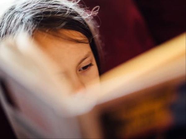 Enfant qui lit un roman