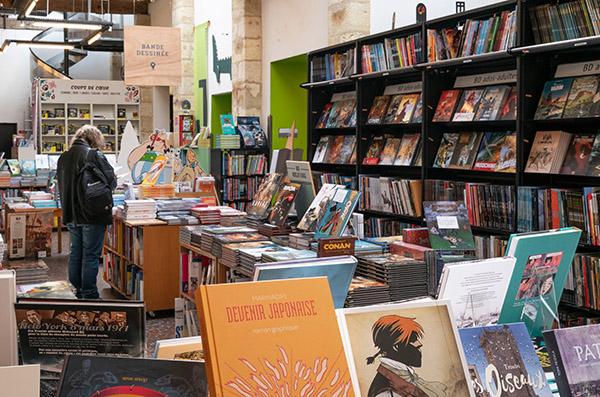 Rayon BD librairie Mollat.JPG