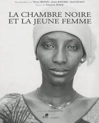 La chambre noire et la jeune femme : photos d'Afrique illustrées d'écritures