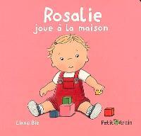 Rosalie joue à la maison