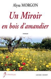 Un miroir en bois d'amandier